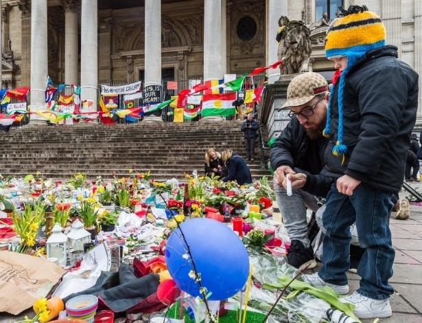 27.mar.2016 - Belgas fazem homenagens aos mortos nos ataques em Bruxelas