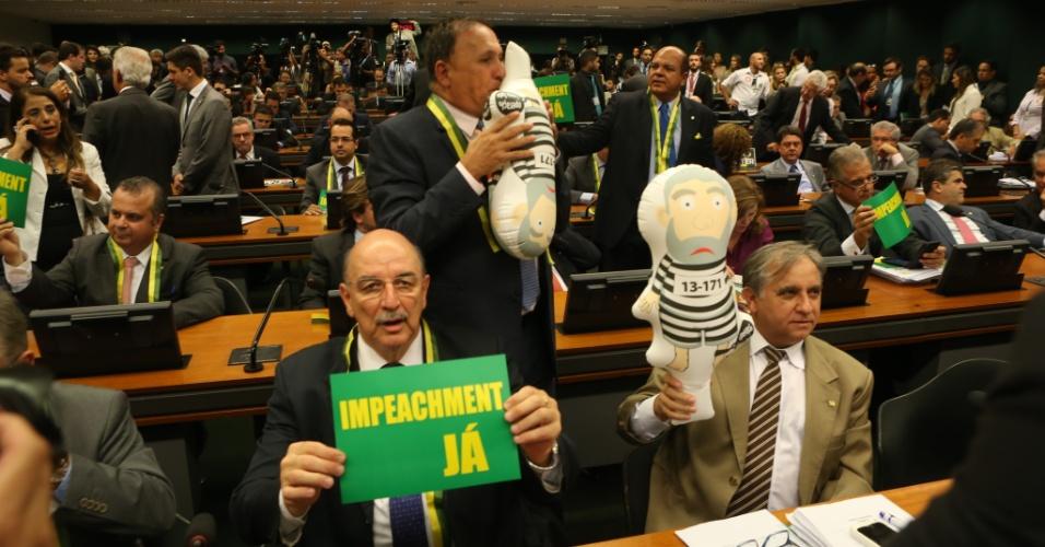 """6.abr.2016 - Deputados da oposição e pró-impeachment exibem bonecos infláveis do ex- presidente Luiz Inácio Lula da Silva, conhecido como """"Pixuleco"""", durante reunião da Comissão Especial de Impeachment que analisa o pedido contra a presidente Dilma Rousseff, na Câmara dos Deputados, em Brasília (DF)"""