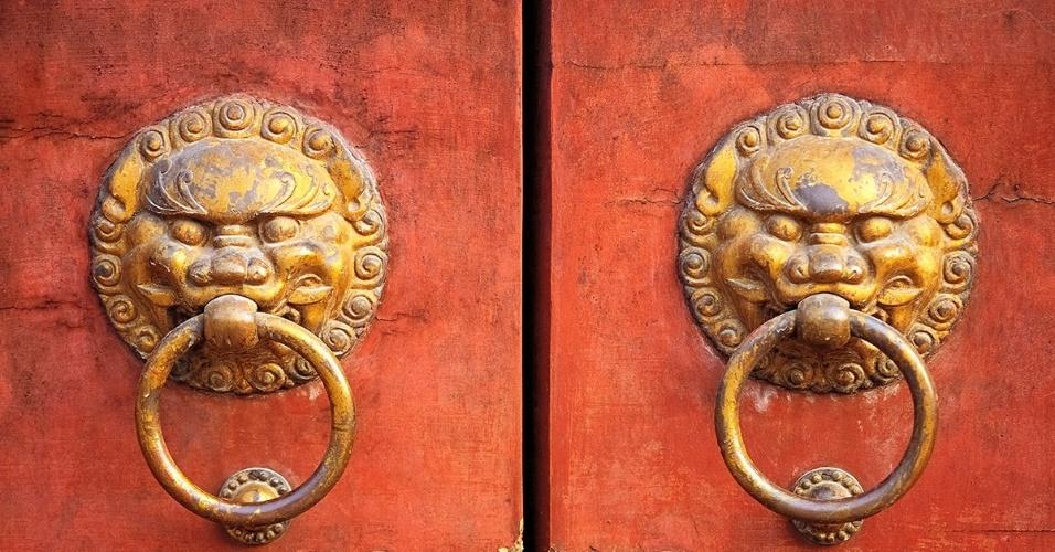 2.mai.2016 - Puxadores entalhados decoram as portas da antiga Cidade Proibida, em Pequim. Durante as dinastias Ming e Qing, a Cidade Proibida era a casa do império chinês