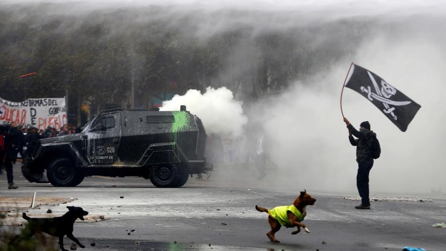 11.mai.2016 - O Chile viveu mais um dia de protestos de estudantes na capital Santiago. Novamente, manifestantes entraram em confronto com a polícia local, que tentou reprimir os atos. Os estudantes pedem uma reforma no sistema educacional - Ivan Alvarado/Reuters