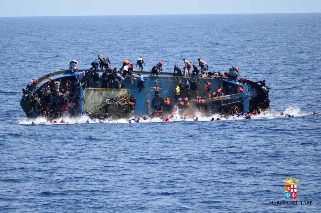 26.mai.2016 - Barco superlotado de refugiados naufraga na costa da Líbia na quarta-feira (25), mas a imagem do desastre foi divulgada nesta quinta. Pelo menos sete refugiados morreram afogados e 500 foram resgatados pela Marinha italiana. Os trabalhos de resgate continuam