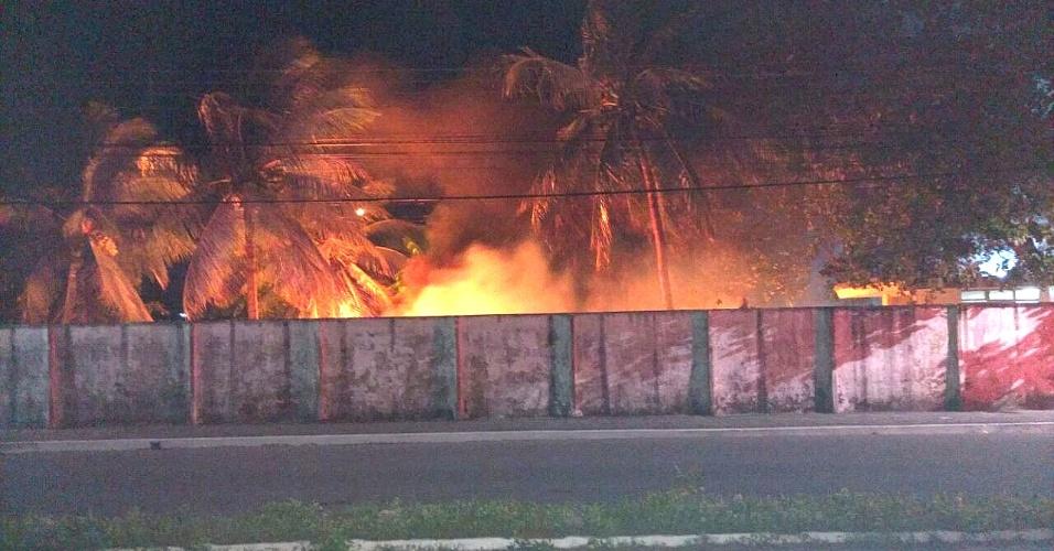 30.jul.2016 - Carro estacionado na Degepol (Delegacia Geral da Polícia) de Natal foi incendiado