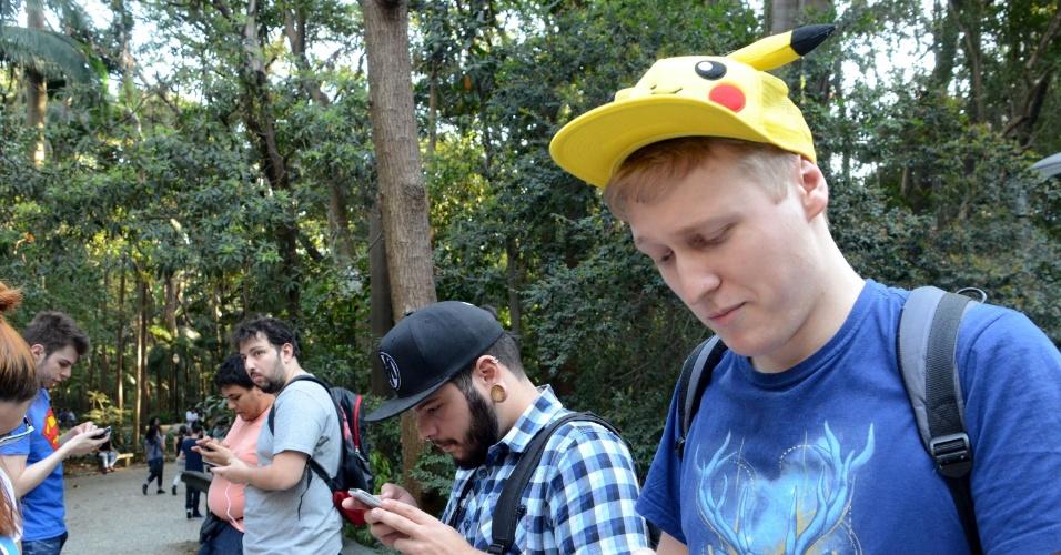 13.ago.2016 - Para capturar mais espécies, os jogadores lotaram o parque Trianon, em São Paulo