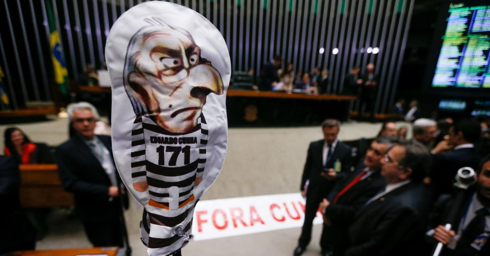12.set.2016 - Parlamentares favoráveis à cassação do deputado afastado Eduardo Cunha (PMDB-RJ) levaram um boneco simbolizando a figura do ex-presidente da Câmara com roupa de presidiário para o plenário da Casa, assim como uma faixa pedindo a saída de Cunha