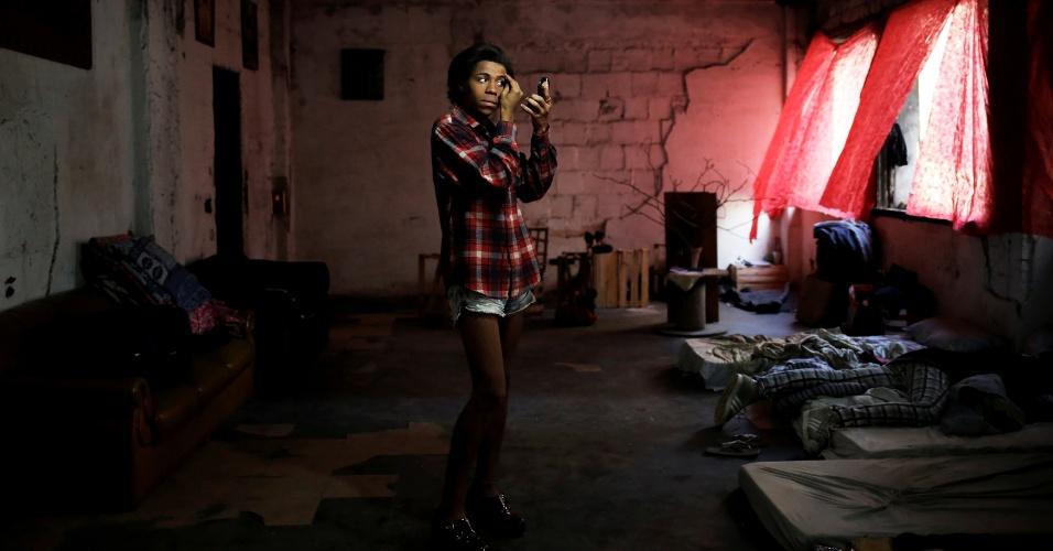 20.nov.2016 - A travesti Gaby, 18, se maquia no prédio ocupado pela Frente de Luta por Moradia no Centro de São Paulo. Ela é uma das integrantes da comunidade LGBT que foi convidada a viver no imóvel