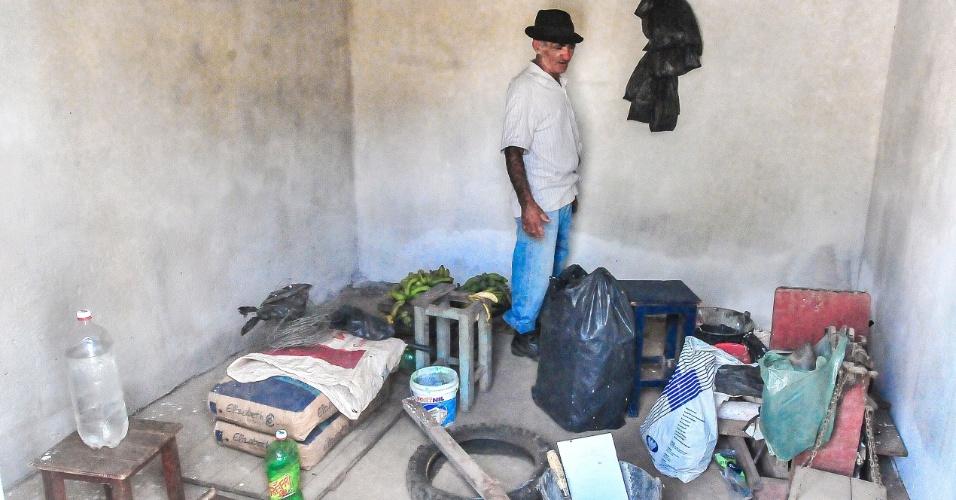 4.jan.2017 - O aposentado José Cavalcanti Sobrinho, 70, guardava mercadorias em um quarto para vender na feira. Com o rompimento da barragem, perdeu 12 caixas de cajá e pencas de banana