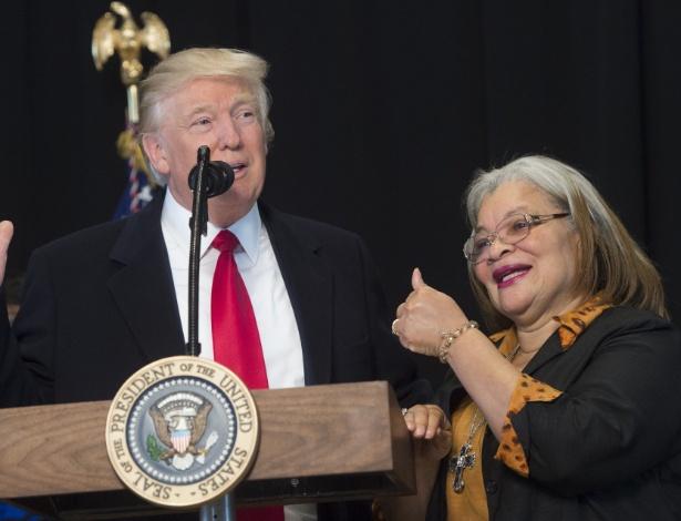 O presidente dos EUA, Donald Trump, fala ao lado de Alveda King, sobrinha de Martin Luther King, no Museu de História e Cultura Afro-Americana, em Washington