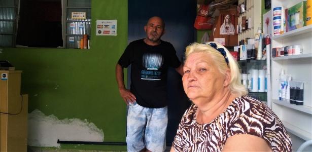 O casal Antônio Amaral, 59, e Neli Zire, 53, na entrada de sua casa, no Jardim Saint Moritz, em Taboão da Serra (Grande São Paulo)