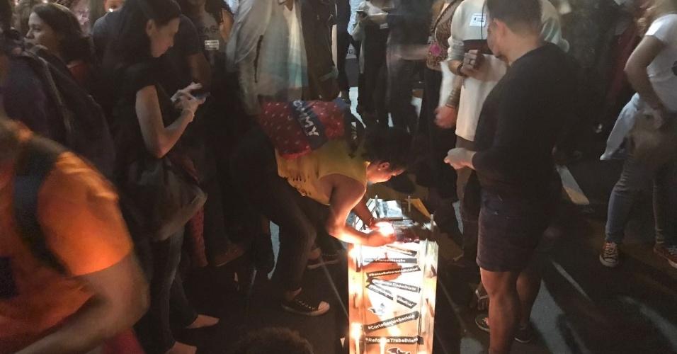 18.mai.2017 - Protesto no Rio de Janeiro tem enterro simbólico das reformas sociais desejadas pelo governo de Michel Temer