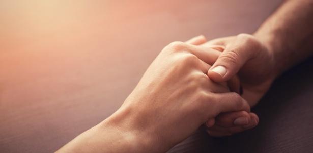 Estar ao lado da mulher, de mãos dadas, na maternidade, pode realmente ajudá-la a suportar as dores do parto, diz estudo