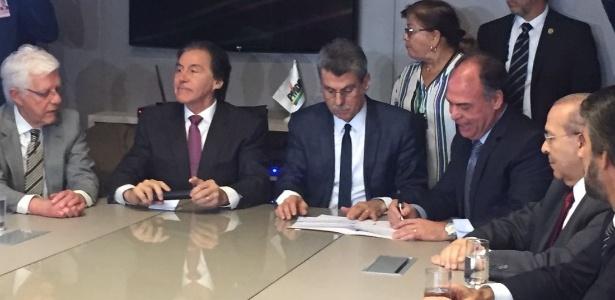 O senador Fernando Bezerra Coelho (PE) assina a sua filiação ao PMDB
