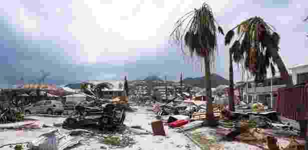 8.set.2017 - Passagem do furacão Irma pela ilha franco-holandesa São Martinho danificou casas, carros e árvores. A região foi uma das mais afetadas pelo fenômeno - 8.set.2017 - Lionel Chamoiseau/AFP - 8.set.2017 - Lionel Chamoiseau/AFP