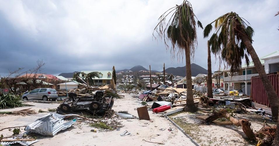 8.set.2017 - Passagem do furacão Irma pela ilha franco-holandesa São Martinho danificou casas, carros e árvores. A região foi uma das mais afetadas pelo fenômeno