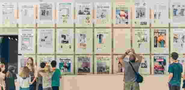 Crianças observam a galeria de capas de jornais do 11 de Setembro, no Newseum em Washington - JARED SOARES/NYT