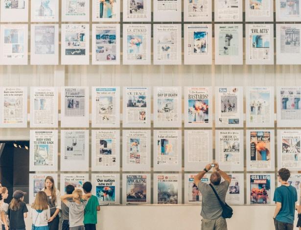 Crianças observam a galeria de capas de jornais do 11 de Setembro, no Newseum em Washington