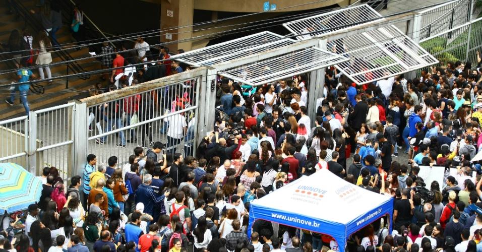 5.nov.2017 - Portões da Uninove, na capital paulista, se abrem para a entrada dos estudantes que vão prestar a prova do Enem neste domingo