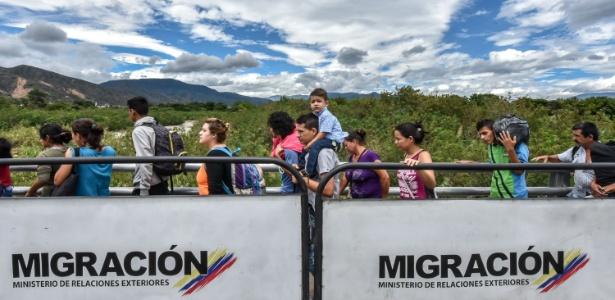 25.jul.2017 - Venezuelanos atravessam ponte que separa Venezuela da Colômbia