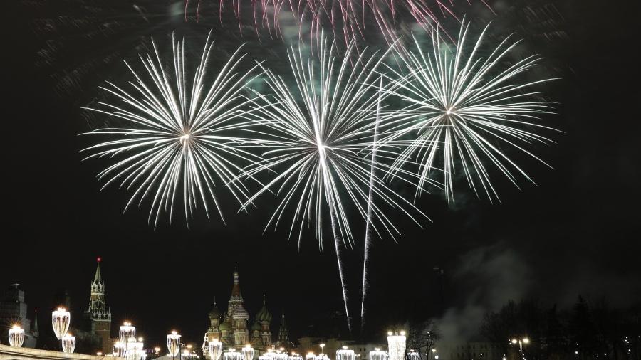 """Fogos de artifício iluminam o Kremlin, na Rússia. """"Réveillon astral"""" acontece no dia 20 de março"""