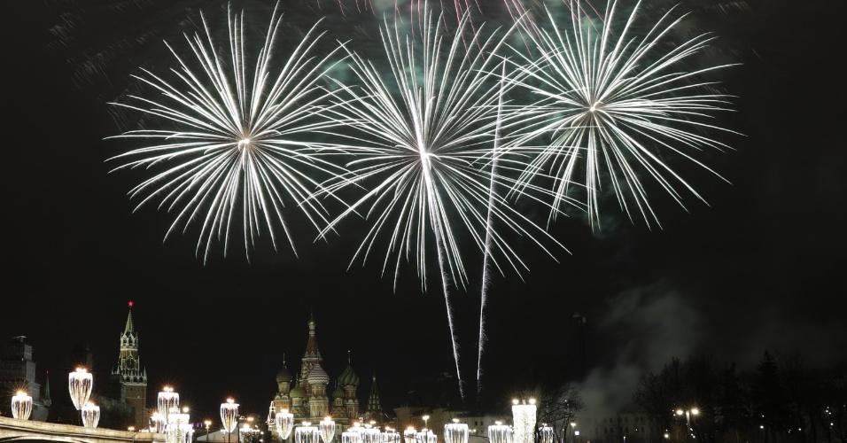 31.dez.2017 - Fogos de artifício iluminam o Kremlin, em Moscou, na Rússia. Ano Novo já chegou por lá