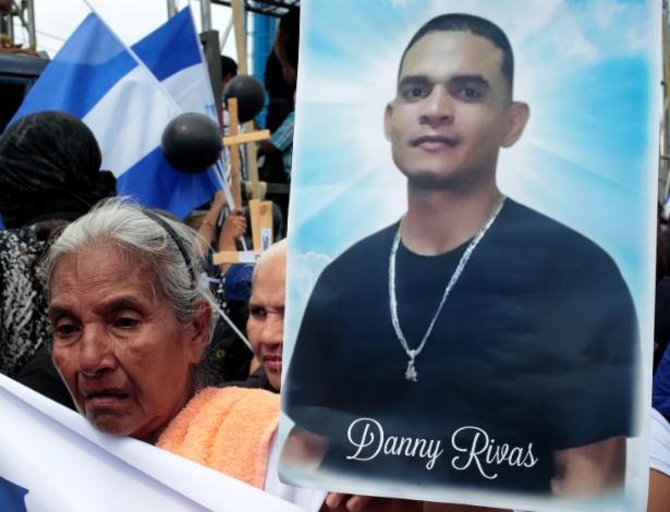 30.mai.2018 - Avó de Danny Rivas, que morreu em recentes protestos contra o governo de Daniel Ortega, participa de ato em homenagem ao Dia das Mães em Manágua, na Nicarágua