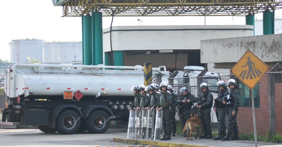 31.mai.2018 - Forças policias fiscalizam circulação de caminhões em Canoas (RS); no estado não há mais paralisações e carga circula sem escolta