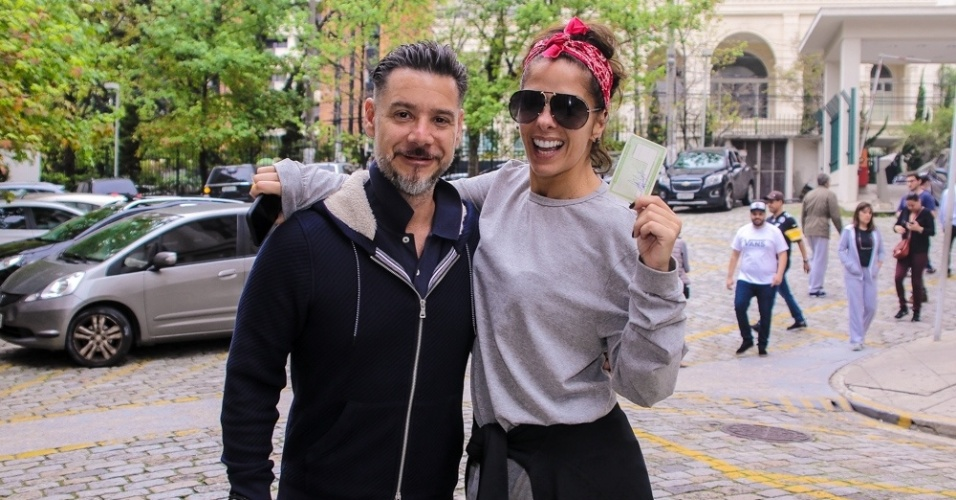 Adriane Galisteu e o marido, Alexandre Iódice, votam em São Paulo