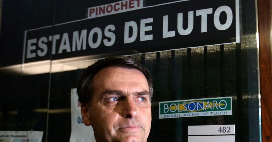 12.dez.2006 - O deputado Jair Bolsonaro, em frente à porta de seu gabinete, onde colocou faixa de luto pela morte do ditador chileno Augusto Pinochet, em Brasília