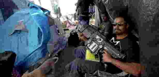 Assim como na cracolândia, moradores de rua também usam drogas em barracas montadas na rua - BBC