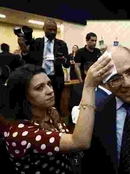 18.dez.2018 - A primeira-dama do Rio, Helena Witzel, enxuga o suor de Wilson Witzel durante cerimônia de diplomação - Pablo Jacob/ Agência O Globo