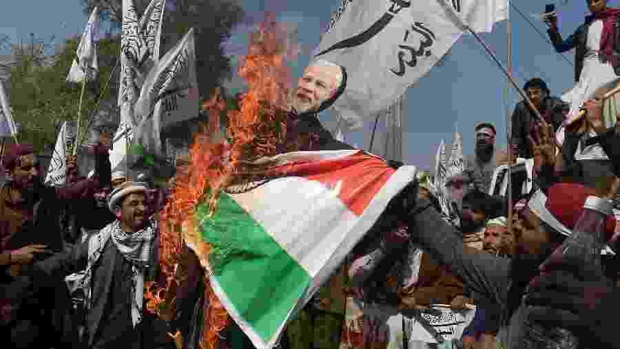 28.fev.2019 - Manifestantes paquistaneses queimam uma bandeira da Índia e um retrato do primeiro ministro Indiano, Narendra Modi - AFP