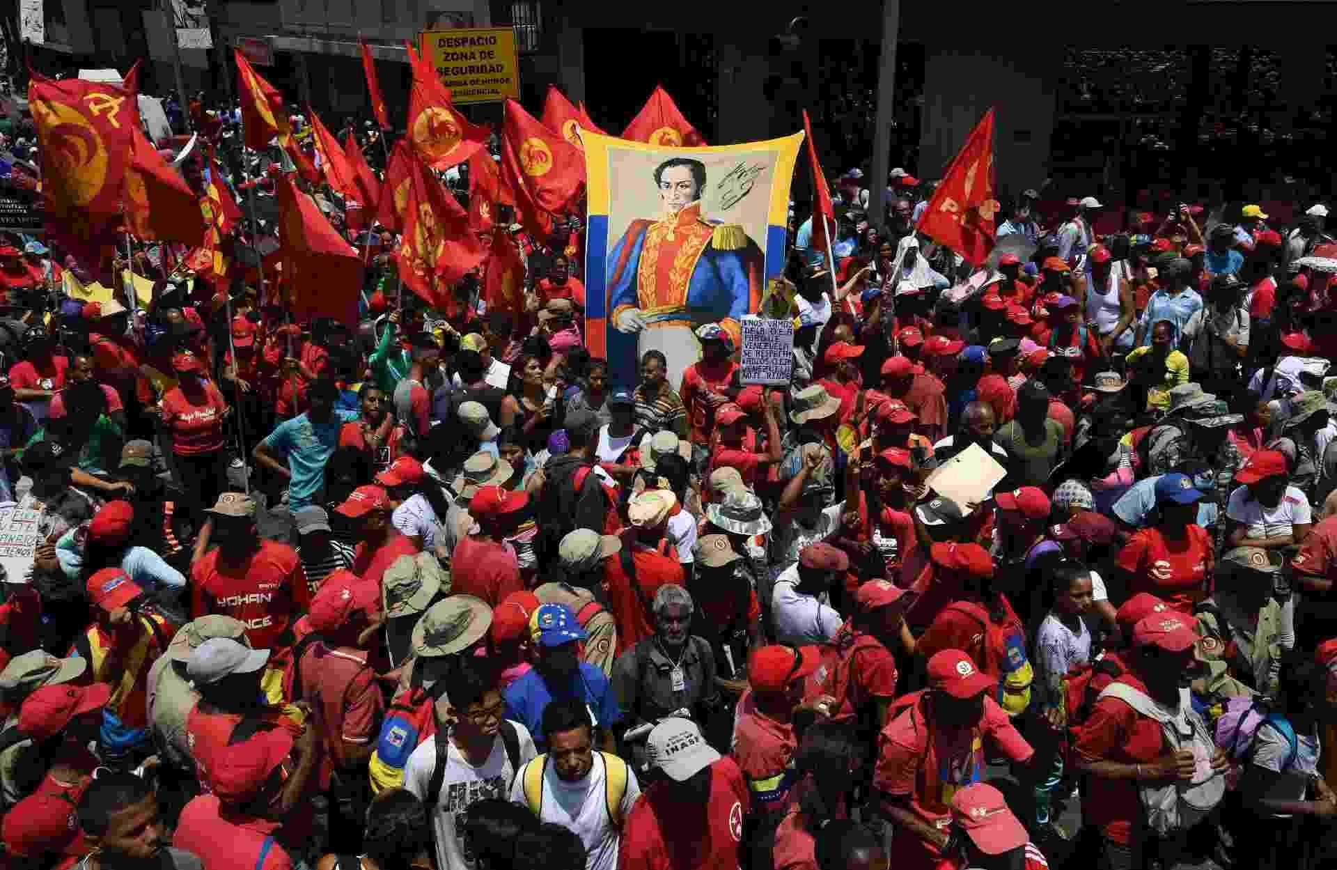 1º.mai.2019 - Os defensores do presidente Nicolas Maduro exibem uma imagem do libertador sul-americano Simon Bolivar durante manifestação - Yuri Cortez/AFP