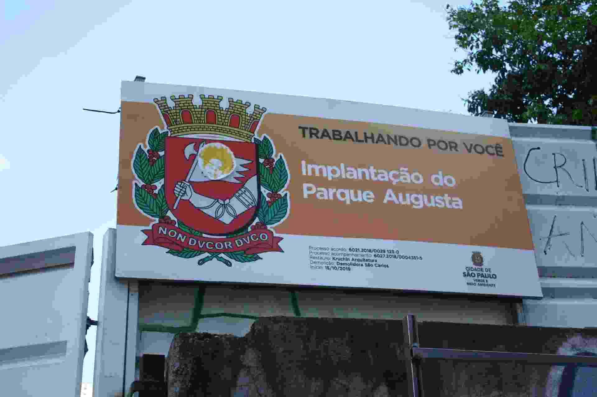 Placa da prefeitura sinaliza a implantação do Parque Augusta - Marcelo Oliveira / UOL