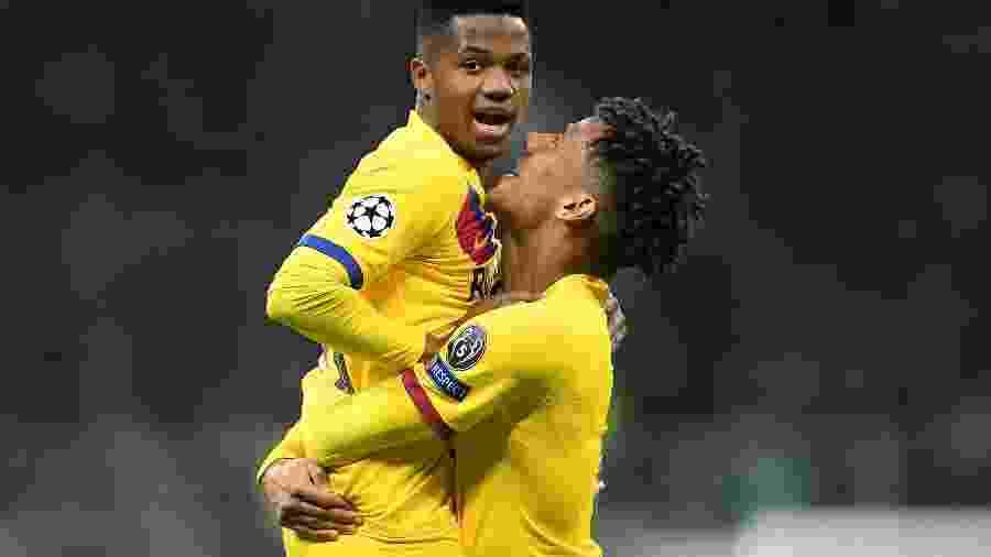 Ansu Fati comemora gol marcado contra a Inter de Milão com Jean-Clair Todibo -