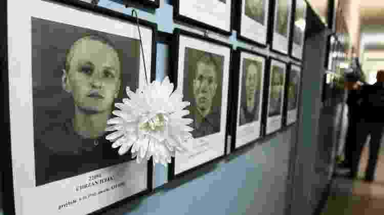 Fotos de alguns dos assassinados em Auschwitz em exibição em Cracóvia, Polônia - Getty Images