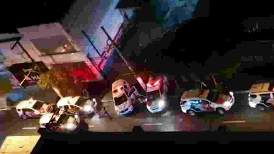 Viaturas da Polícia Militar atendem a vítimas de facadas na rua Teodoro Sampaio durante o Carnaval 2020 em São Paulo - Rede Globo/Reprodução