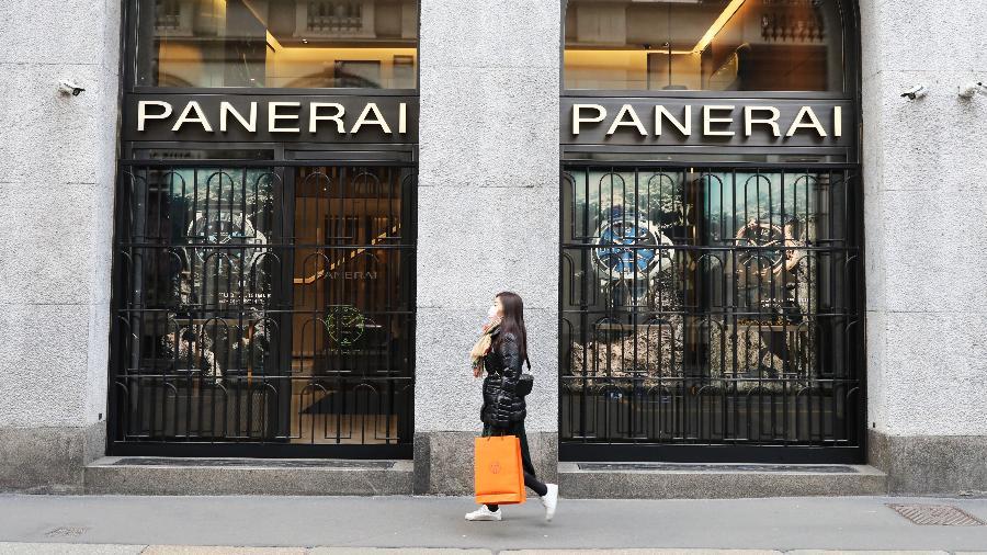 Mulher usa máscara em Milão em meio ao surto de coronavírus que atinge o país; lojas foram fechadas - Marco Di Lauro/Getty Images