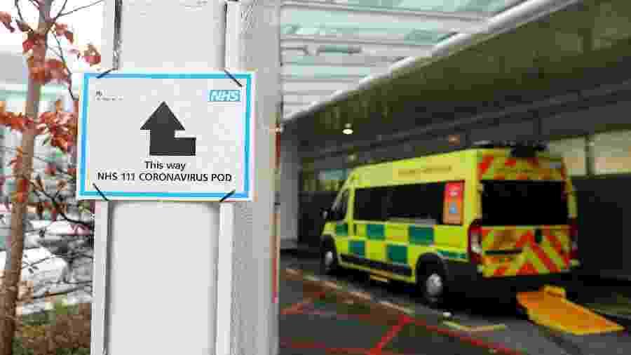 Placa indicando o caminho para pacientes com suspeita do novo coronavírus serem atendidos em um dos hospitais de Londres - ISABEL INFANTES / AFP