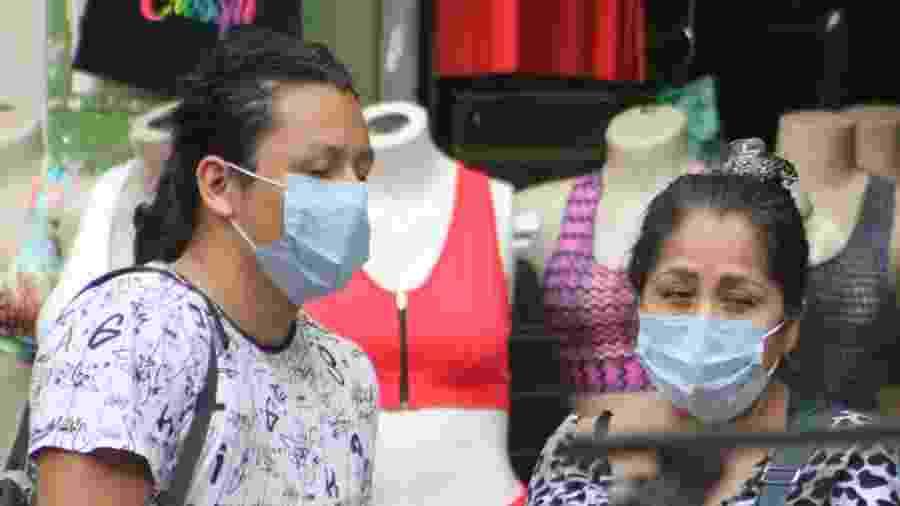 Pedestres usam máscara de proteção contra o coronavírus na rua 25 de Março, em São Paulo - Willian Moreira/Futura Press/Estadão Conteúdo