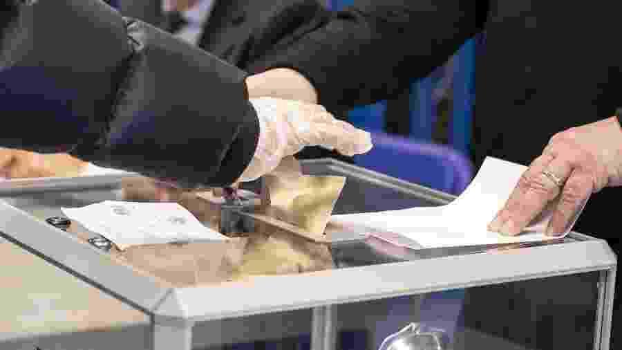 Pessoas usam luvas durante votação em Lille, no norte da França; eleições foram mantidas apesar da pandemia de coronavírus - Xinhua