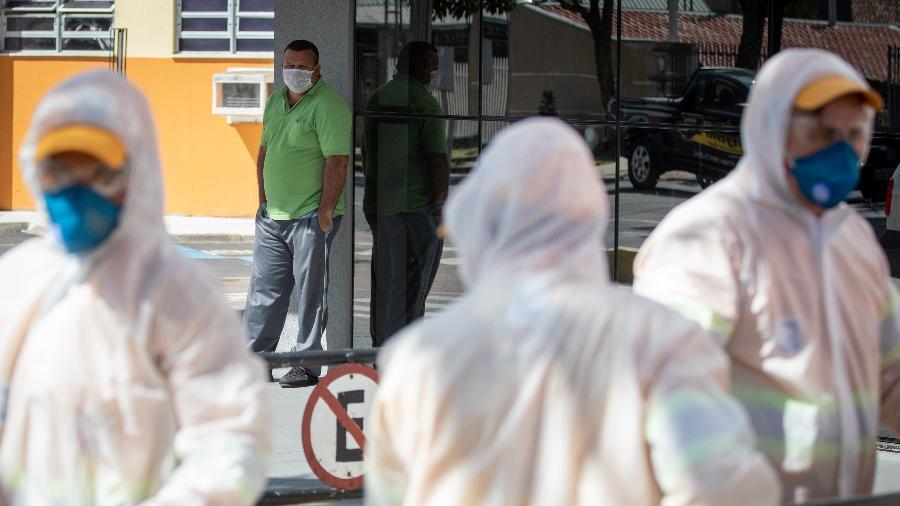 25.03.2020 - Coronavírus: Funcionários fazem a assepsia em frente ao Hospital do Trabalhador em Curitiba - RODOLFO BUHRER/FOTOARENA/ESTADÃO CONTEÚDO