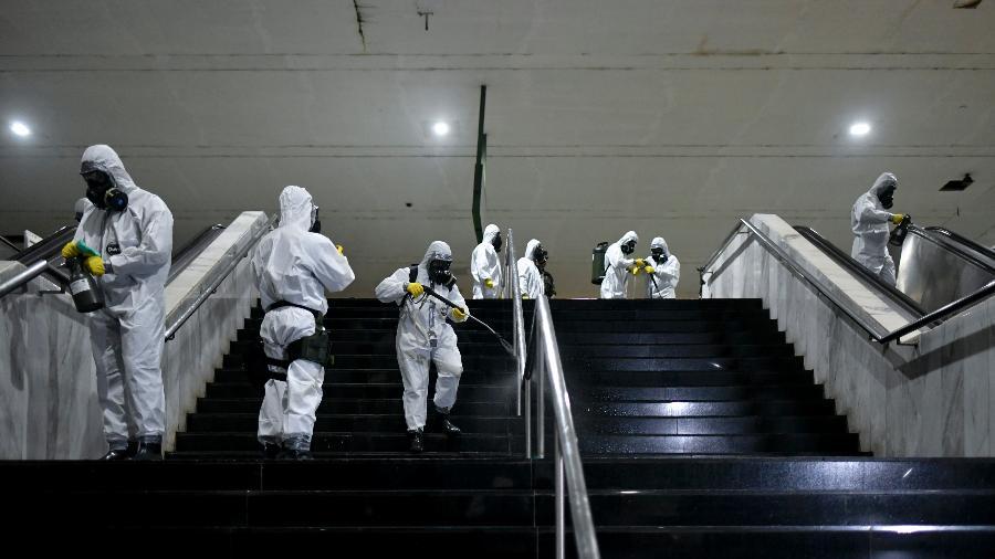 Militares do Exército desinfectam a Estação Central do metrô de Brasília para tentar reduzir as transmissões do novo coronavírus na capital federal - Mateus Bonomi/AGIF/Estadão Conteúdo