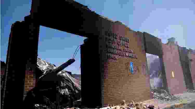 Prédios e comércio em Minneapolis, Minnesota, foram saqueados e destruídos, incluindo um posto dos correios - Getty Images - Getty Images