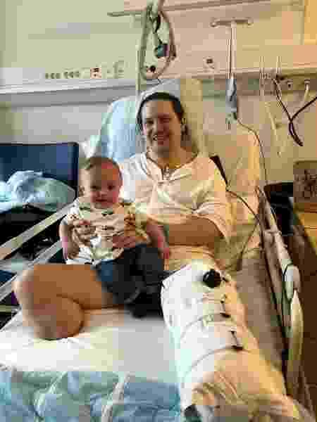 Alexander com o filho depois da segunda cirurgia, em fevereiro - Reprodução - Reprodução