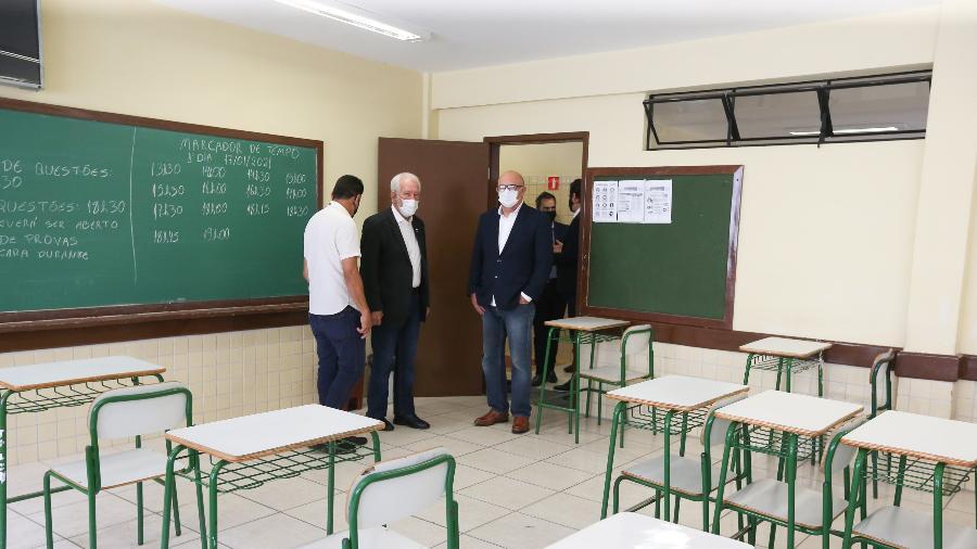 O vice-governador do Paraná Darci Piana, o ministro da Educação, Milton Ribeiro, visitam local de aplicação da prova do Enem em Curitiba - Geraldo Bubniak/AEN