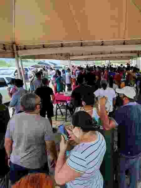 Uma fila gigante sem qualquer controle de distanciamento está formada na porta da única empresa em Manaus que está vendendo oxigênio a pessoas que têm familiares acamados por conta da covid-19. - Carlos Madeiro/UOL - Carlos Madeiro/UOL