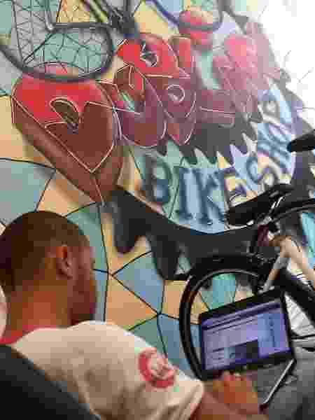 Edgard Marcondes abriu a Dublin Bike Shop, um negócio informal de venda e conserto de bicicletas, em Dublin - Arquivo pessoal - Arquivo pessoal
