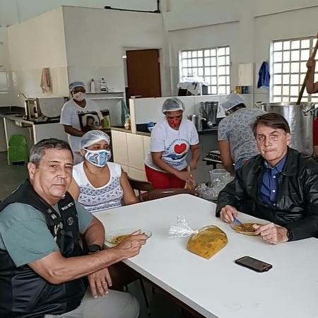 Braga Netto com Bolsonaro, em live tomando sopa em Brasília - Reprodução/Facebook
