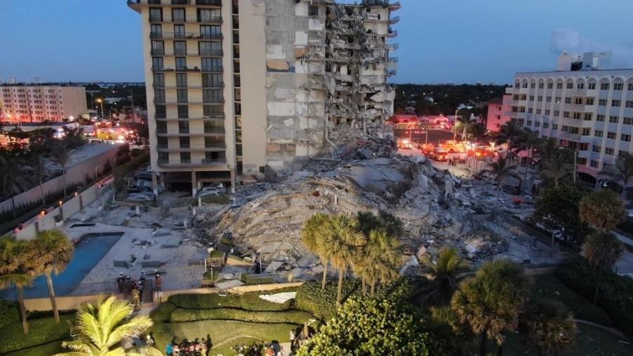 Vista geral da área do condomínio Champlain Towers South, onde parte de um prédio desabou em Miami - Corpo de Bombeiros de Miami