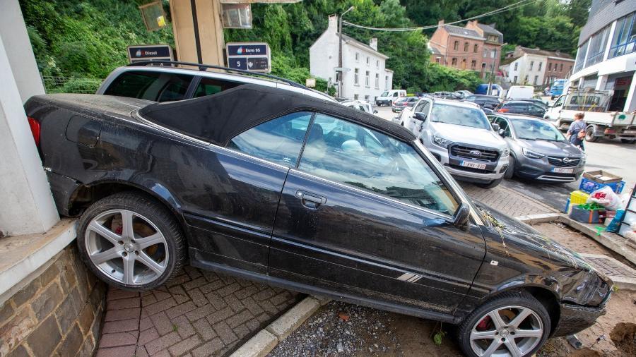 25.jul.2021 - Carro destruído após as fortes chuvas em Dinant, perto de Namur, na Bélgica - Nicolas Maeterlinck/Belga/AFP