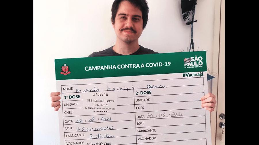 O designer Marcelo Henrique postou foto com uma carteira de vacinação gigante em Itu - Reprodução/Twitter